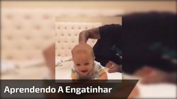 Bebê Engatinhando Na Cama, Veja A Alegria Dele Se Divertindo!