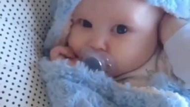Bebê Enrolado Em Uma Mantinha Azul, Que Coisa Mais Linda!