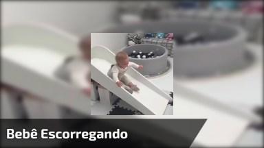 Bebê Escorregando Em Mini Escorregador, Veja Que Lindinho!