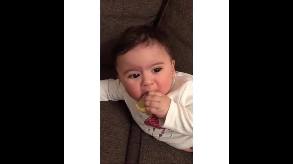Bebê experimentando limão, a carinha é muito fofinha