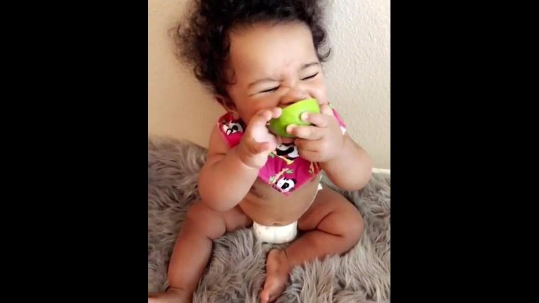 Bebê experimentando limão