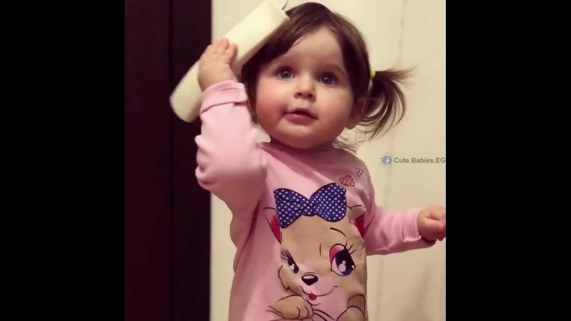 Bebê falando no telefone, veja como ela é lindinha