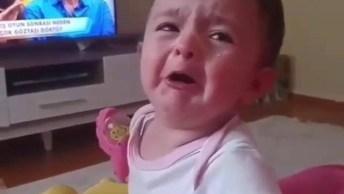 Bebê Fazendo Beicinho E Chorando Ao Ouvir A Mamãe Falando!