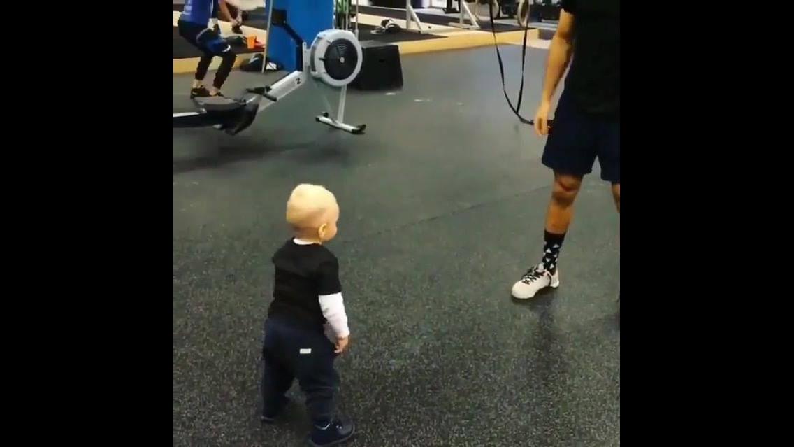 Bebê fazendo burpee com seu papai