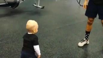 Bebê Fazendo Burpee Com Seu Papai, Olha Só Que Coisinha Mais Fofinha!