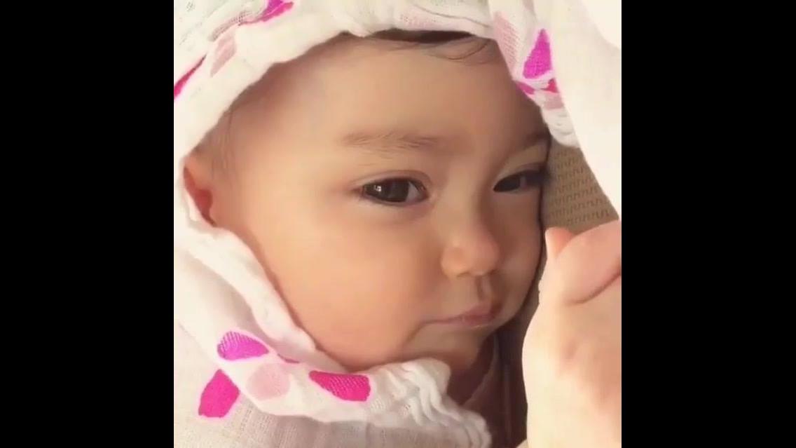 Bebê fazendo carinhas engraçadas