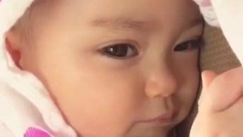 Bebê Fazendo Carinhas Engraçadas, Que Fofura De Criança!