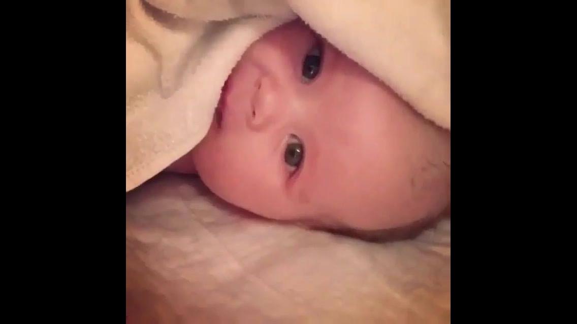 Bebê fazendo gracinhas, quem resiste a essa fofura