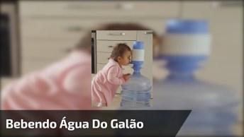 Bebê Fazendo Seu Próprio Jeito Para Beber Água, Que Inteligente Ela É!