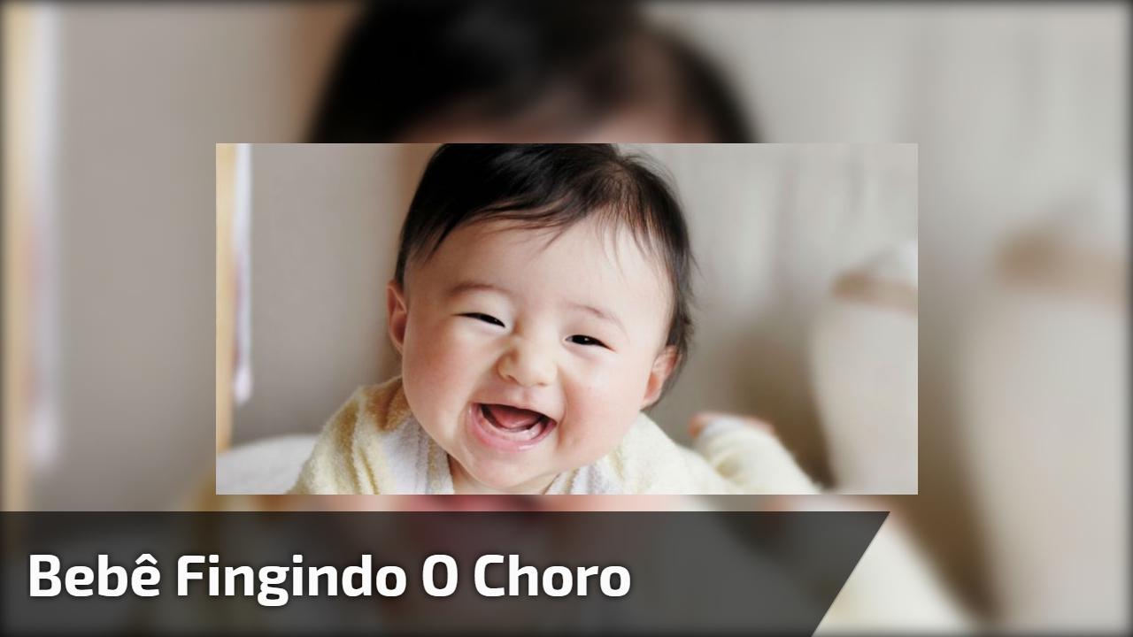 Bebê fingindo o choro