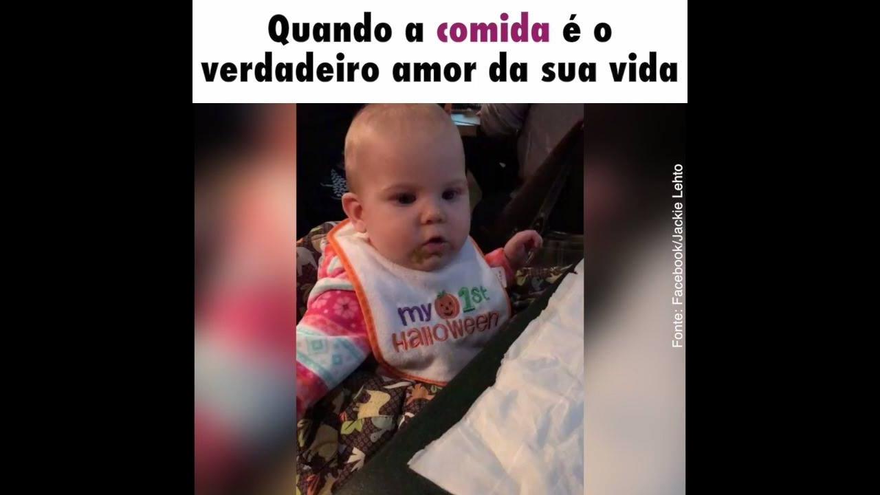 Bebê fofa comendo papinha