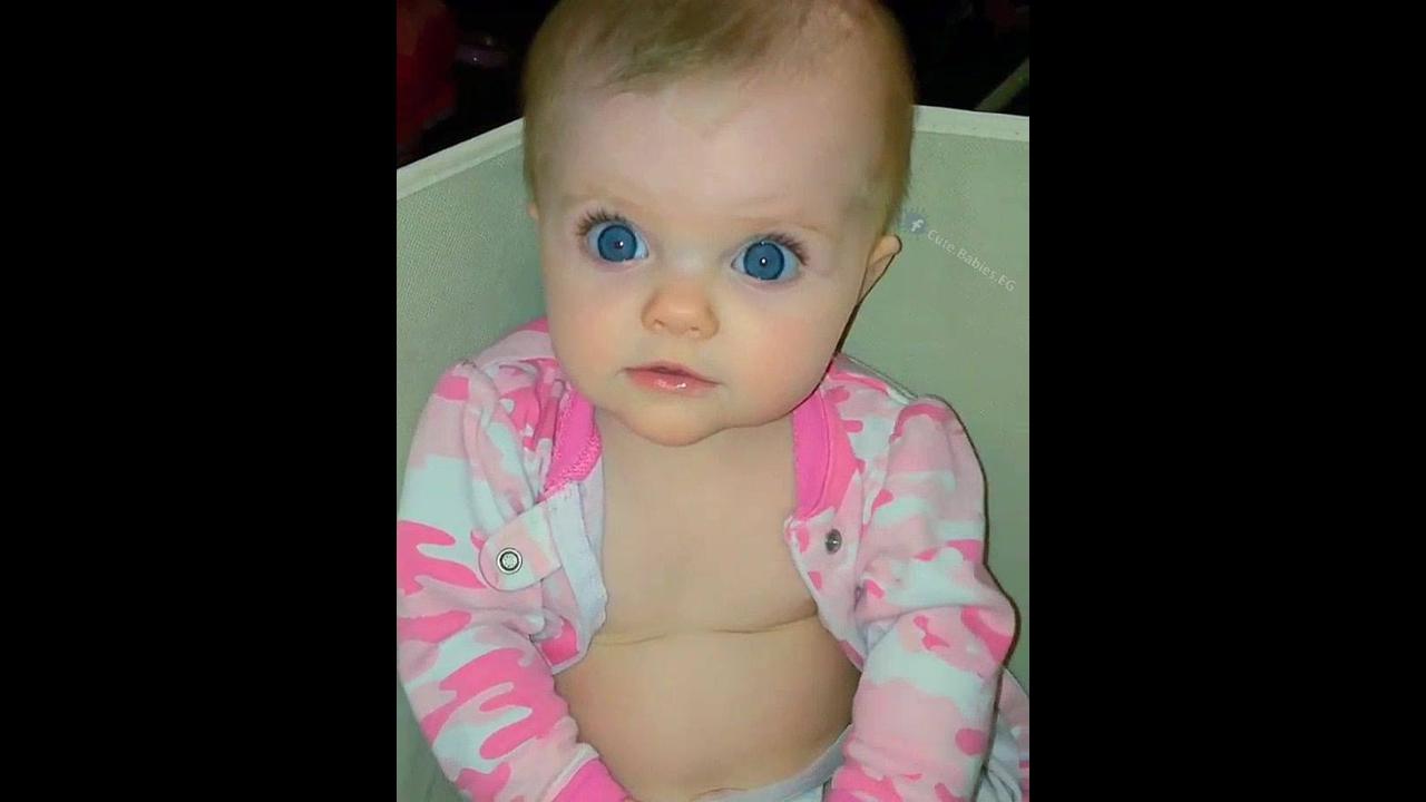 Bebê fofo dos olhos azuis, que coisa mais linda