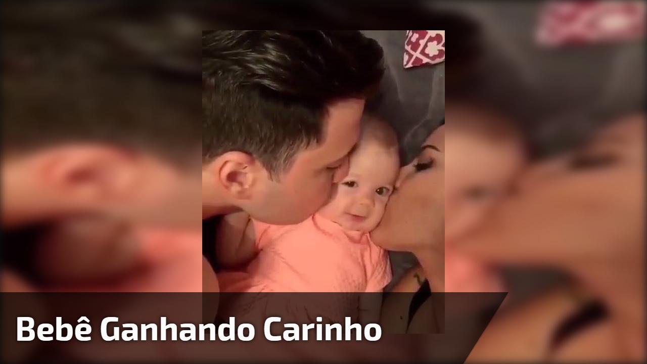 Bebê ganhando carinho da mamãe e do papai, o amor em família é lindo!