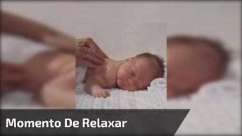 Bebê Ganhando Massagem Nas Costas, Que Relaxamento Gostoso!