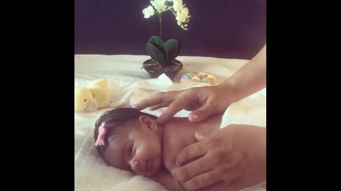 Bebê ganhando massagem nas costas, uma cena de muita fofura, confira!