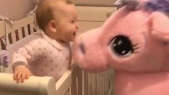 Bebê Ganhando Muitos Beijos De Um Unicórnio De Pelúcia, Que Fofura!