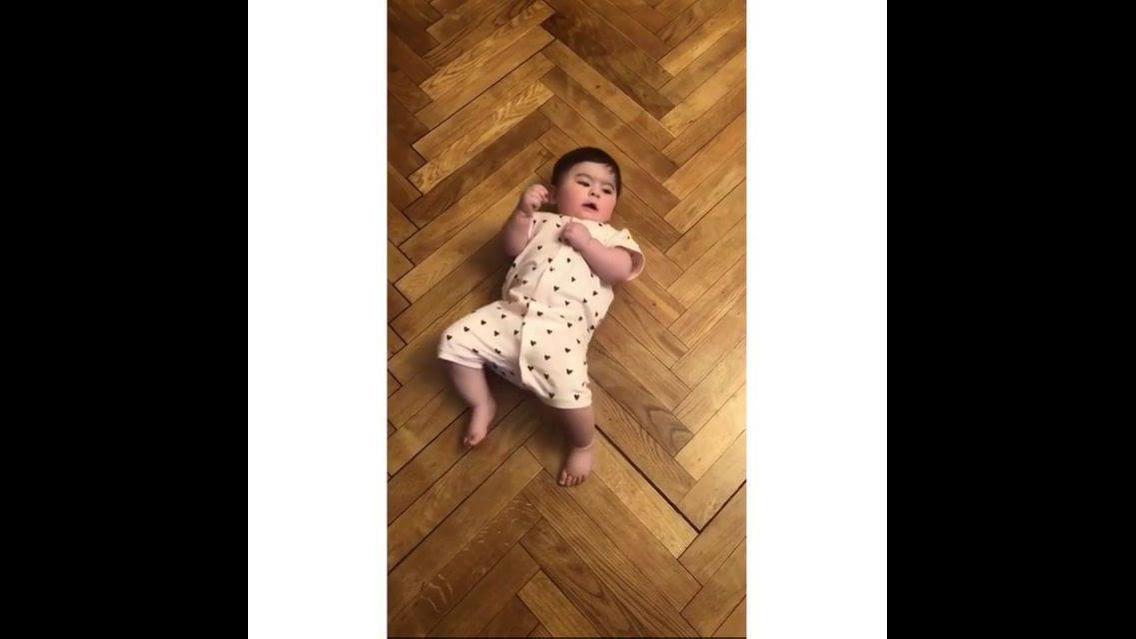 Bebê gatinhando de costas, olha só que ser humano mais fofinho!!!