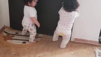Bebê Gêmeas Brincando, Olha Só Que Lidinhas, Fofura Em Dose Dupla!