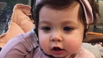 Bebê Imitando A Mamãe Falando Ao Celular, Ela É Uma Gracinha!
