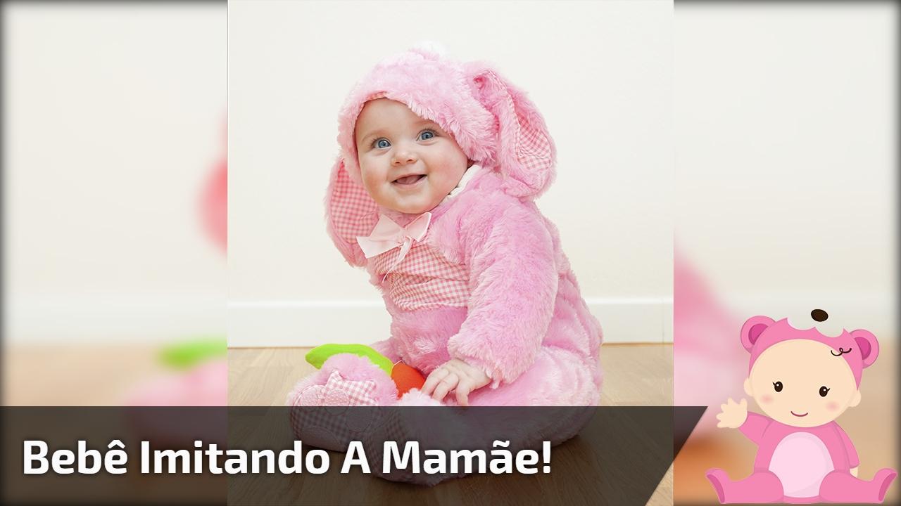 Bebê imitando a mamãe!