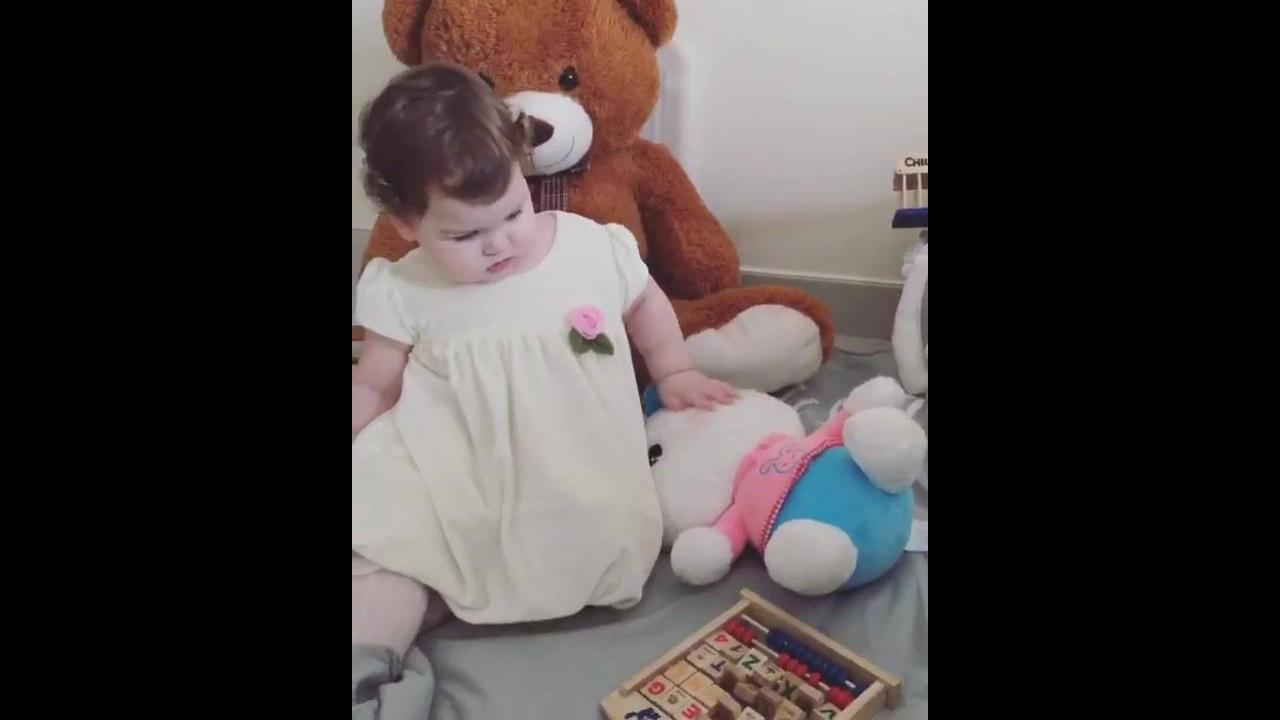 Bebê linda brincando com seus brinquedinhos