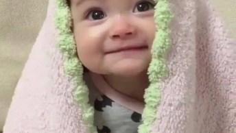 Bebê Linda Com Cobertinha Na Cabeça, Olha Só Este Sorriso!