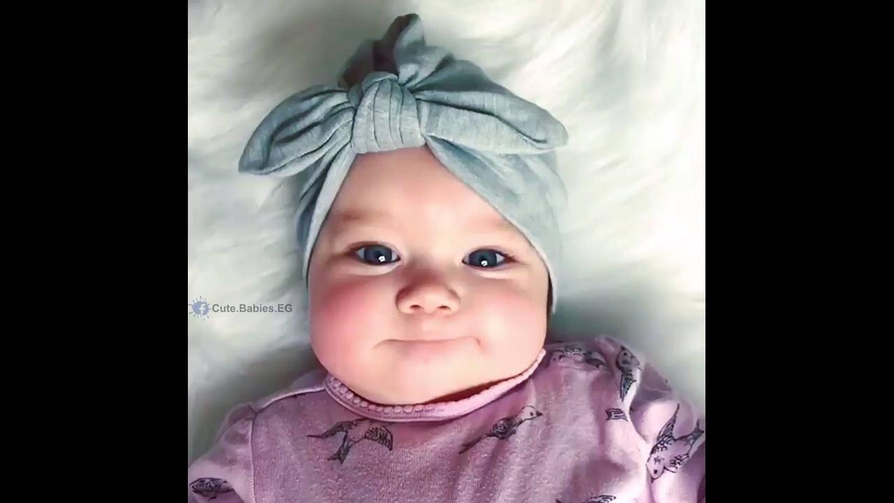 Bebê linda com linda toquinha com laço