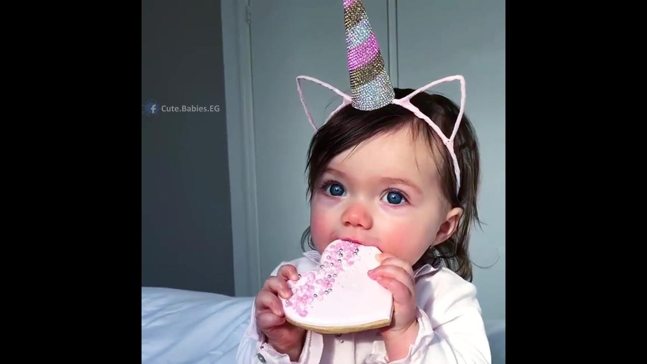 Bebê linda comendo biscoito