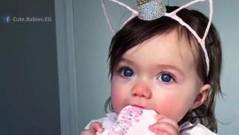 Bebê Linda Comendo Biscoito, Olha Só A Tiara Dela De Unicórnio!