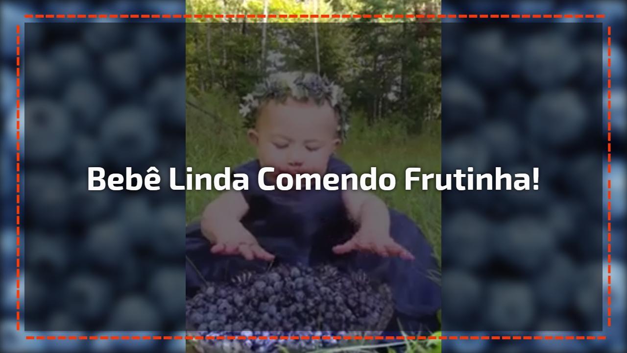 Bebê linda comendo frutinha!