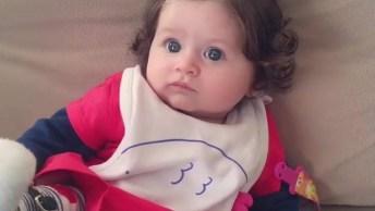 Bebê Linda Dando Risadinhas Para Mamãe, Olha Só Esse Penteadinho No Cabelo!