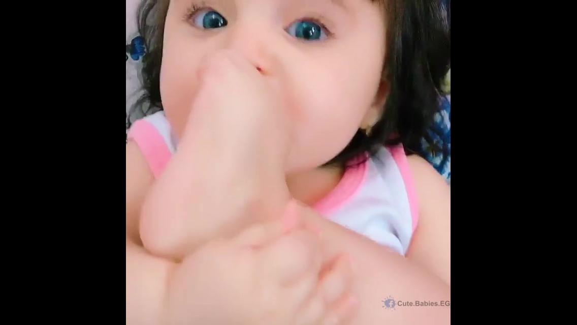 Bebê linda mordendo pesinho