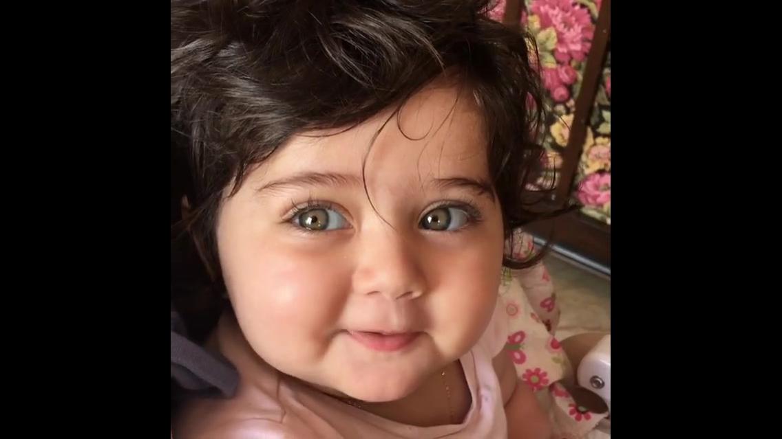 Bebê linda sorrindo para mamãe, olha só estes olhinhos verdes!!!