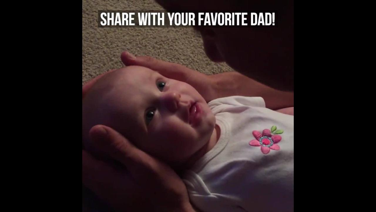 Bebê linda sorrindo para seu papai
