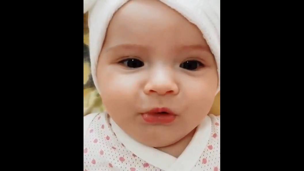 Bebê linda tentando falar, este som é muito bom de ouvir
