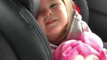 Bebê Linda Tentando Tirar Uma Soneca No Carro, Olha Só A Carinha Dela!