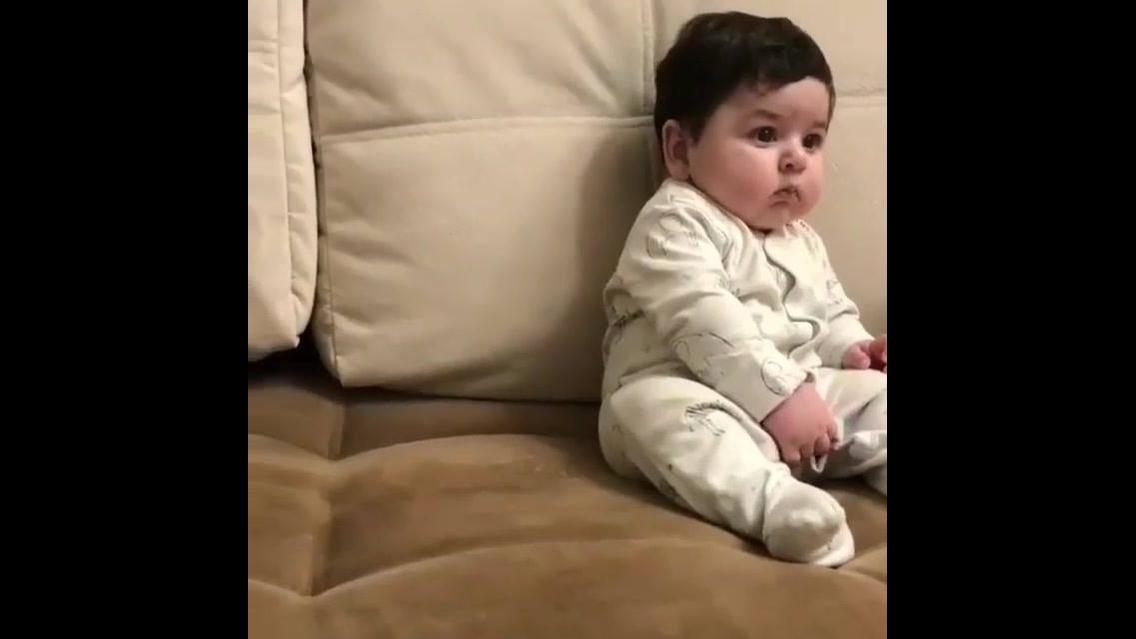 Bebê lindinho assistindo teve como se fosse um garotinho grande