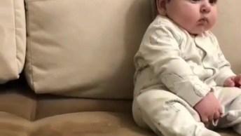 Bebê Lindinho Assistindo Teve Como Se Fosse Um Garotinho Grande, Hahaha!