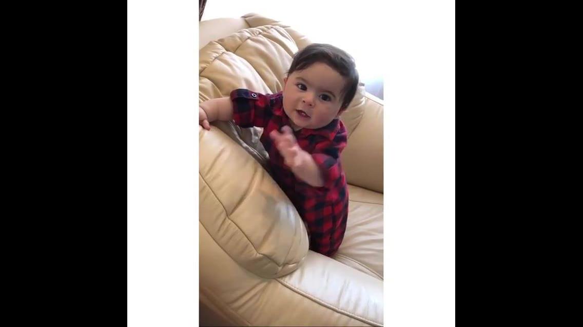 Bebê lindo dando risadinhas