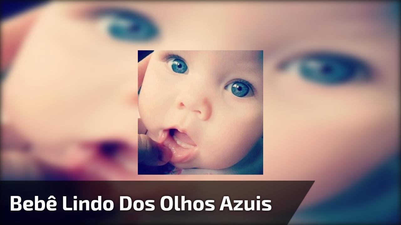 Bebê lindo dos olhos azuis