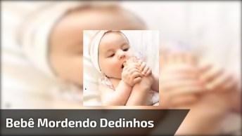 Bebê Mordendo Dedinhos Do Pé, Que Ser Mais Fofo, Não Dá Uma Vontade De Apertar?