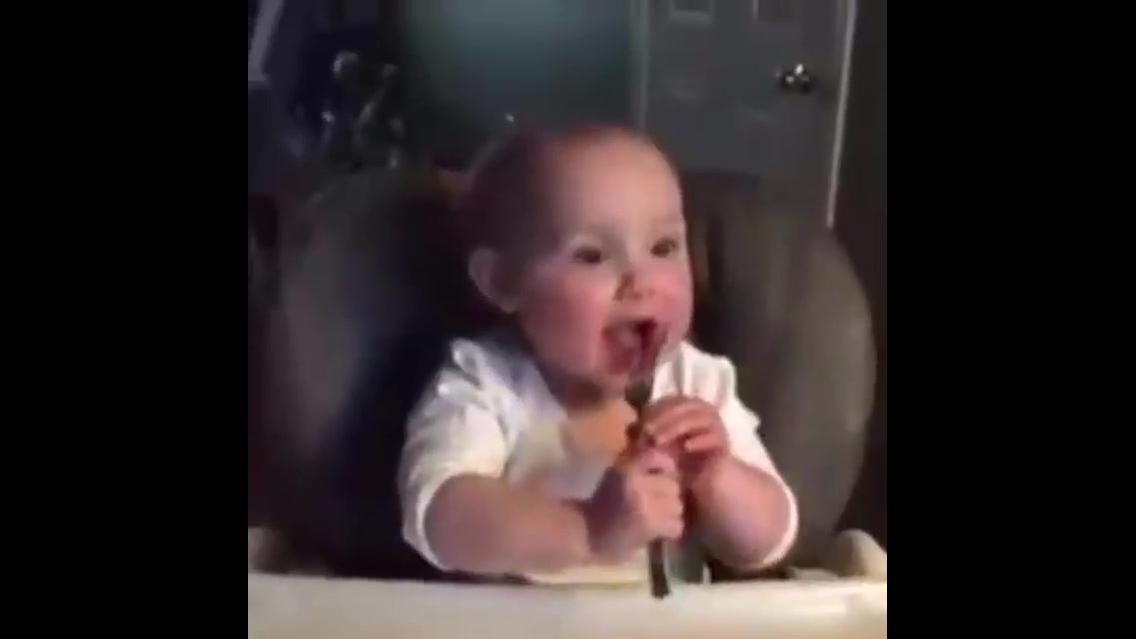 Bebê na hora do almoço, que diversão e felicidade é essa