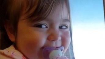 Bebê Na Janela Do Avião, Que Sorriso Mais Encantador Ela Tem!