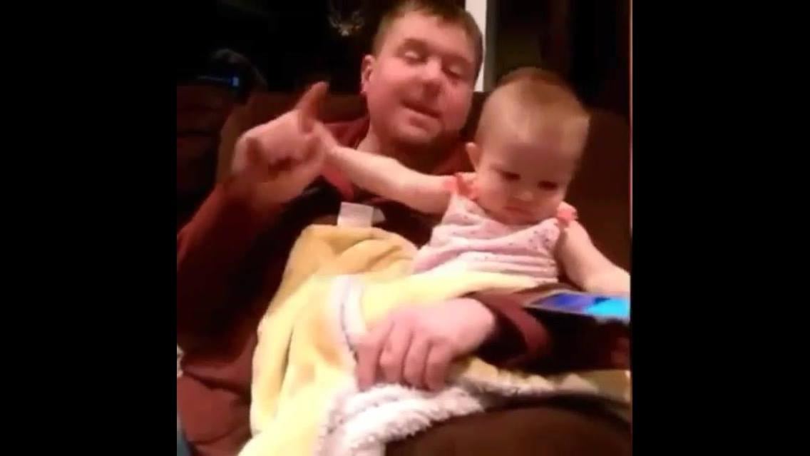 Bebê não deixa papai mexer no celular