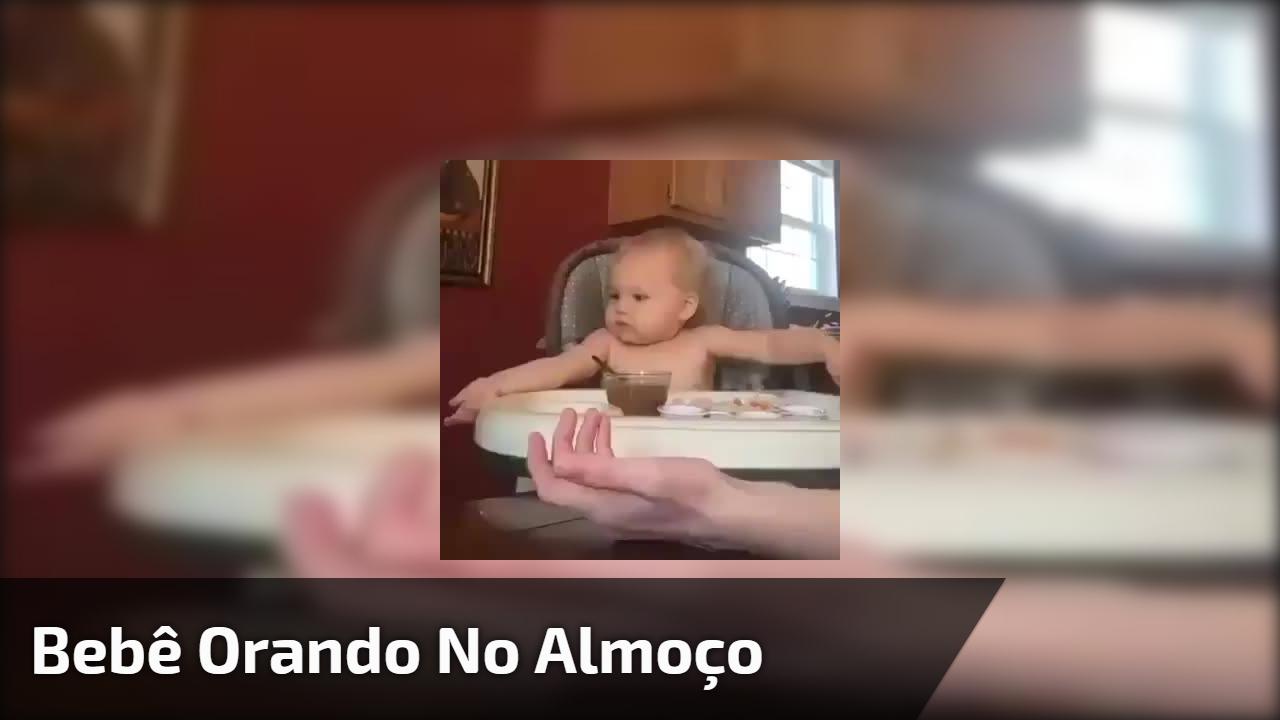 Bebê orando no almoço