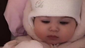 Bebê Passeando No Inverno, Olha Só A Toquinha Dela Que Fofa!