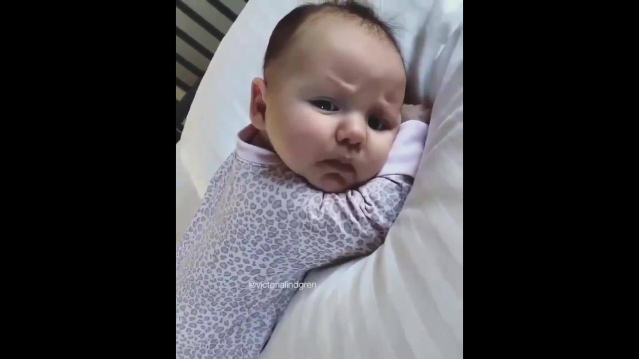 Bebê pegando no sono e abrindo a boquinha