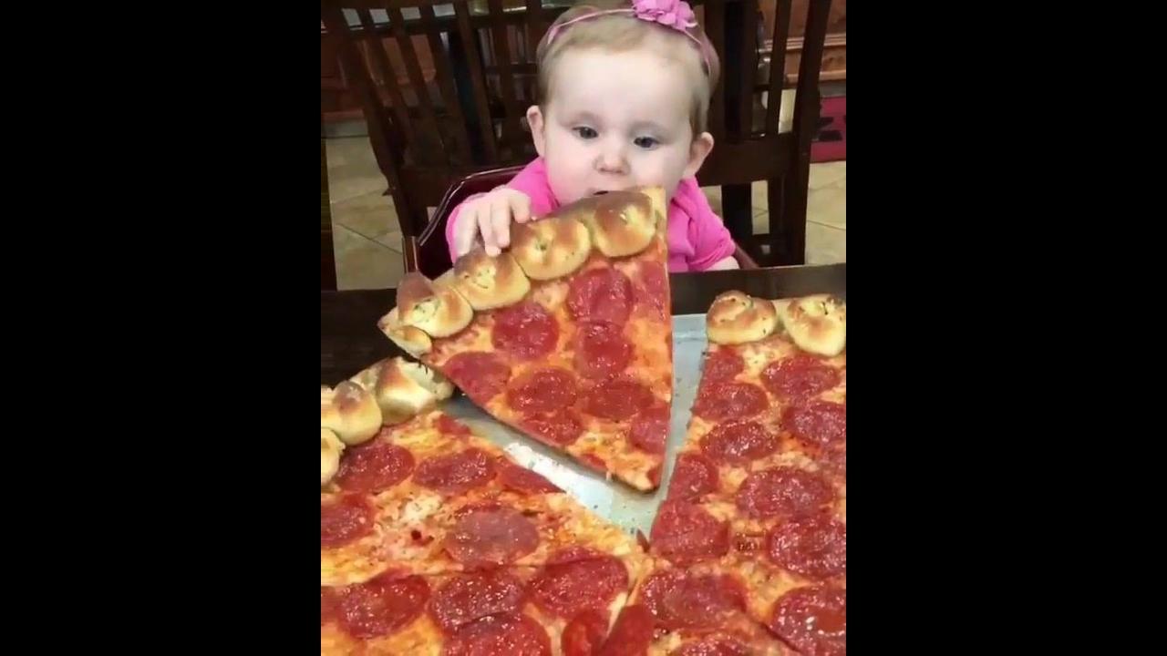 Bebê pegando um pedacinho de pizza, veja que coisa mais fofa!!!