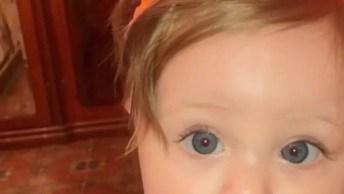 Bebê Que Se Parece Com Uma Boneca, Que Fofura Com Essas Orelhinhas!