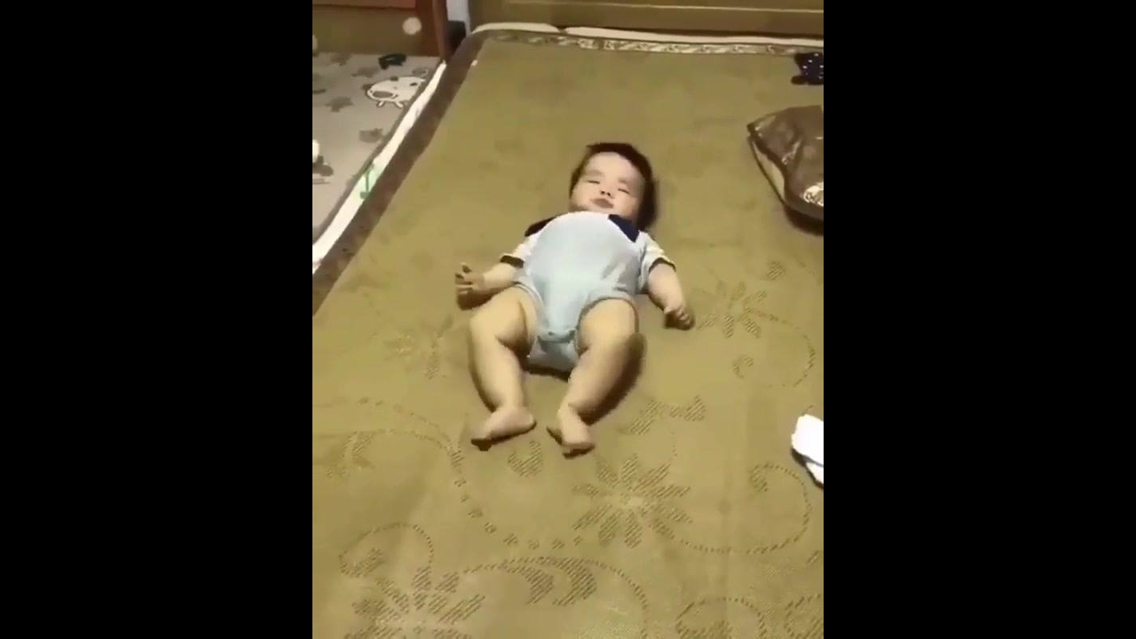 Bebê rastejando de costas para alcançar algo hahaha